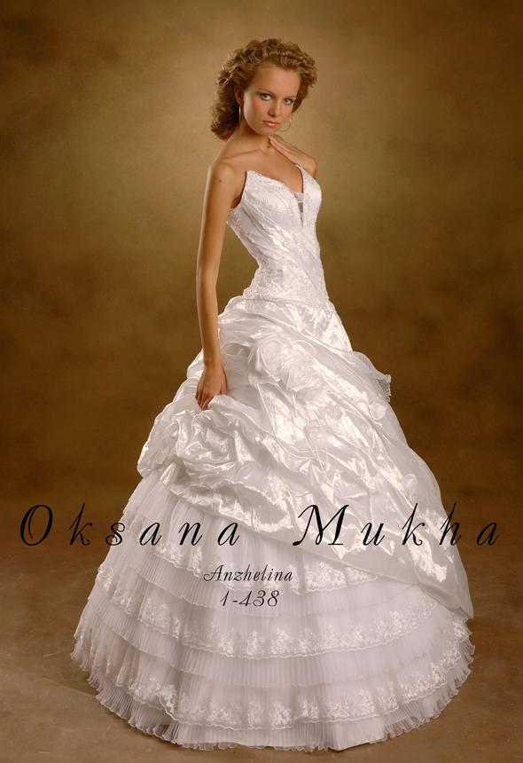 Свадебное платье с розами на юбке