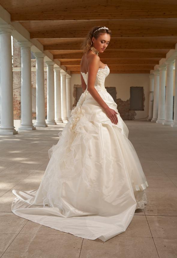 Свадебные платья 2011 года будут исключительно строгих форм с применением корсетов и воздушной вычурностью юбок. Россыпи из жемчуга и атласные кружева